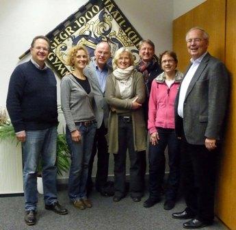 Vorstand (v.l.): Herr Haar (Schatzmeister), Frau Prof. Dirksen (Vorsitzende), Herr Rasche, Frau Ostendorf-Kuntsche, Herr Thießler (Schulpflegschaftsvorsitzender), Frau Pietsch, Herr Gottschalk